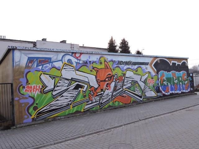 Interesujące graffiti można znaleźć w okolicach ul. Staromostowej. To z tego rejonu pochodzi większość zrobionych przez nas zdjęć.Prześlijcie nam zdjęcia innych ostrołęckich graffiti na robert.majkowski@tygodnikostrolecki.plPoszukujemy też naszych ostrołęckich grafficiarzy, z którymi chcielibyśmy porozmawiać o ich twórczości. Będziemy zatem wdzięczni za kontakt na powyższy adres mailowy.