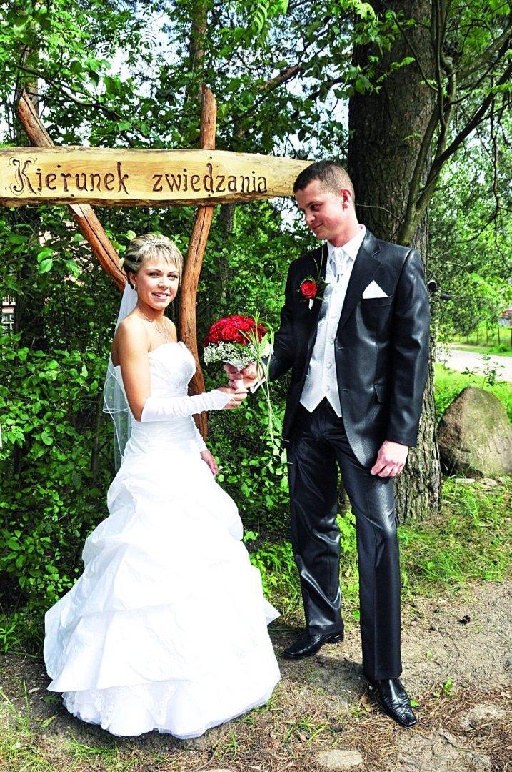 9279d3d694 Kiedyś oczepiny i podanie tortu oznaczało koniec wesela. Nie do pomyślenia było  też zapraszanie młodzieży z osobami towarzyszącymi... Teraz młode pary robią  ...