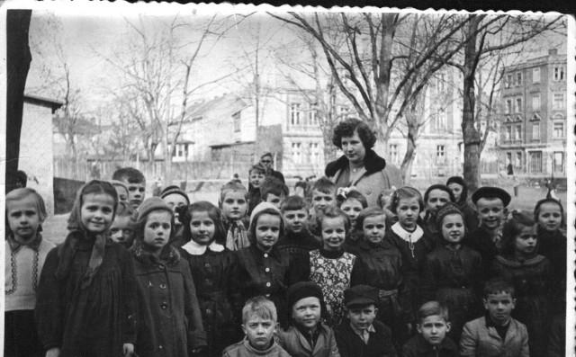 Byli wtedy dziećmi, dzisiaj to dziadkowie. Zanim zdążyli dorosnąć, Nowa Sól bardzo się zmieniła. - To zdjęcie z roku 1957. W tle ulica Dąbrowskiego i skrzyżowanie z ul. Drzymały - informuje Marek Grzelka, który założył grupę na Facebooku Nowa Sól wczoraj. To dzięki członkom tej grupy możemy przenieść się w czasie do miejsc w Nowej Soli, której już nie ma.Kliknij w zdjęcie i przejdź do galerii >>>>>>>>