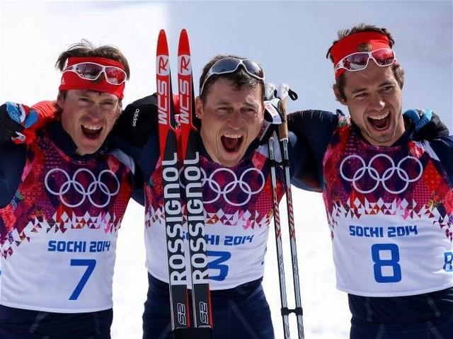 Rosjanie fetują zwycięstwo w biegu narciarskim kończącym ich zmagania w Soczi.