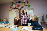 Z pomocą na sygnale. Studenci odrabiają lekcje z dziećmi