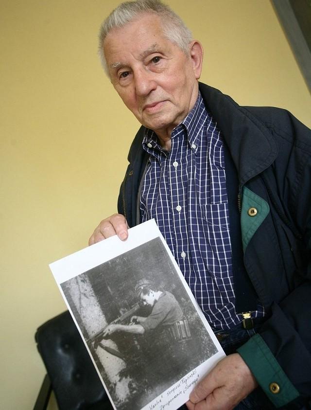 Sergiusz Papliński pokazuje zdjęcie, które zrobiono mu w lecie 1944 roku.