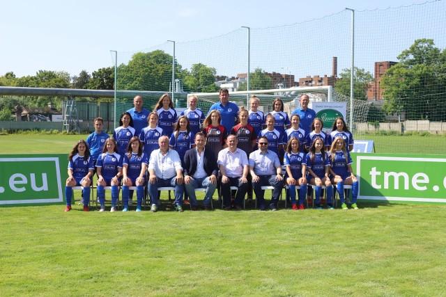 Piłkarki TME UKS SMS, trenerzy, prezesi i sponsorzy na pamiątkowym zdjęciu przed sezonem