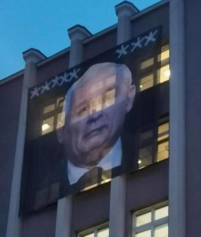 Taki baner zawisł na budynku ZUS przy ul. Dąbrowskiego w Poznaniu.Kolejne zdjęcie-->
