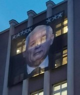 Gigantyczny baner z wizerunkiem Jarosława Kaczyńskiego i ośmioma gwiazdkami na budynku ZUS w Poznaniu. Sprawa trafiła na policję