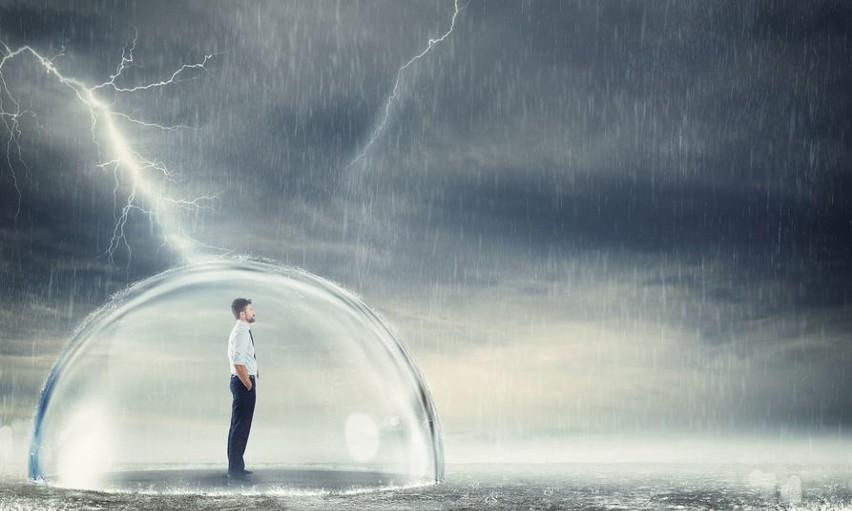 Burza jest zjawiskiem meteorologicznym, któremu towarzyszą...