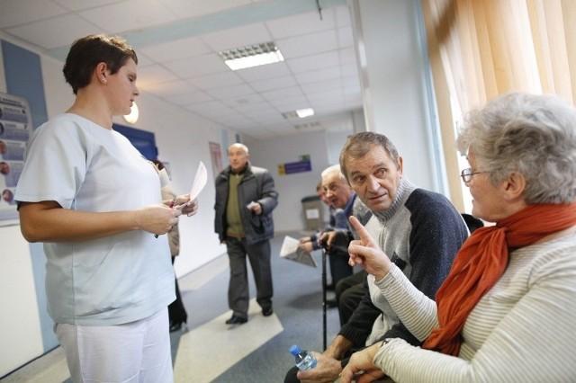 Jan Juchniewicz z Brzegu o tym, że lekarze podejrzewają u niego raka, dowiedział się w listopadzie. Termin tomografii wyznaczono mu dopiero na 14 stycznia. Badanie miało na celu już nie diagnostykę, ale ocenę efektu przebytej operacji. Na zdjęciu z Klaudią Pietrzyk, pielęgniarką z Zakładu Diagnostyki Obrazowej OCO.
