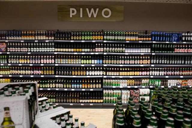 Producenci mocnych alkoholi, ale też Państwowa Agencja Rozwiązywania Problemów Alkoholowych zwracają uwagę na preferencyjne traktowanie piwa w polityce akcyzowej, co powoduje straty dla budżetu państwa i przyczynia się do wzrostu spożycia alkoholu w ogóle. Z kolei prezes Związku Przedsiębiorców i Pracodawców twierdzi, że akcyzę za wódkę należy zrównać do 40 procent! Czy alkohol w Polsce faktycznie podrożeje? Przekonajcie się!WIĘCEJ NA KOLEJNYCH STRONACH>>>