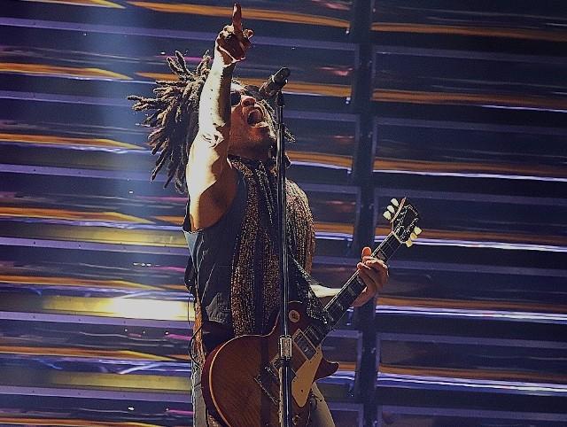 Lenny Kravitz w środowy wieczór wystąpił w łódzkiej Atlas Arenie w ramach Raise Vibration Tour. Show obejrzało i wysłuchało przeszło dwanaście tysięcy fanów z całej Polski.