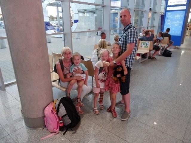 Ponad dobę czekają na wylot na wakacje