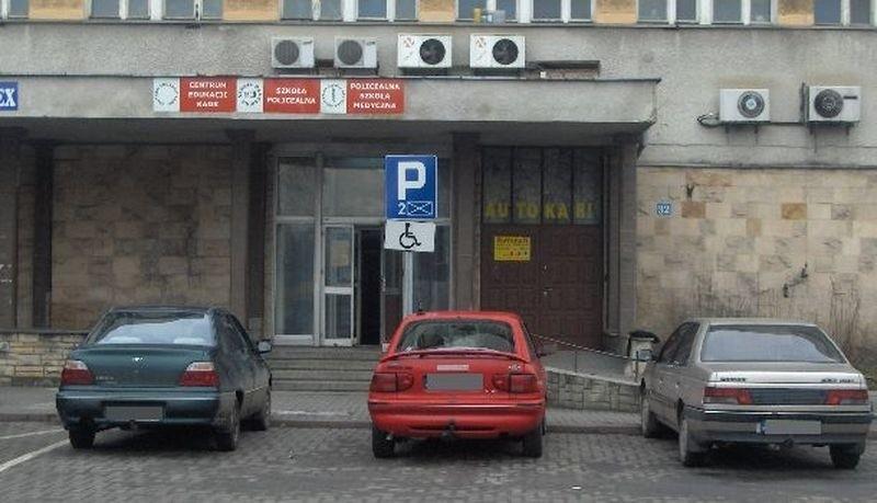 Samochody zaparkowane przy dworcu PKP w Słupsku