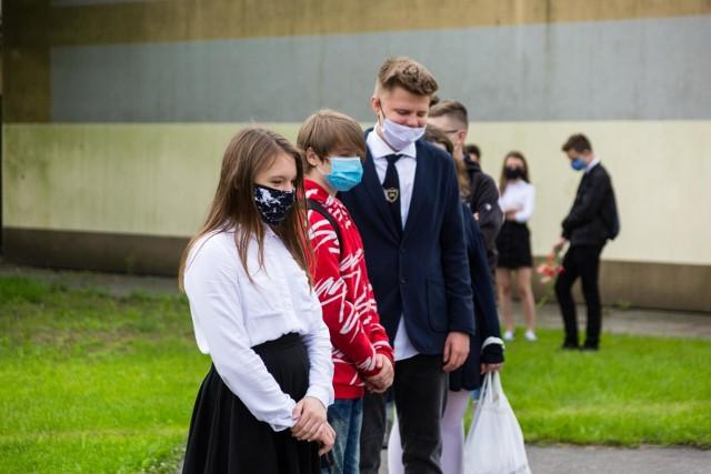 MEN zaleca, aby w przepełnionych szkołach uczniowie mieli maseczki w tzw. przestrzeniach wspólnych