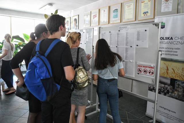 Informatykami, ekonomistami i programistami chcą zostać nastolatkowie w Poznaniu. Łącznie przygotowano 253 oddziałów, a kwalifikację dostało ponad 8 tys. kandydatów, natomiast do żadnego liceum, technikum i szkoły branżowej nie przyjęto ok. 1400 uczniów.Sprawdź w galerii, które licea i technika były najbardziej oblegane? --->>>Strefa pole dance