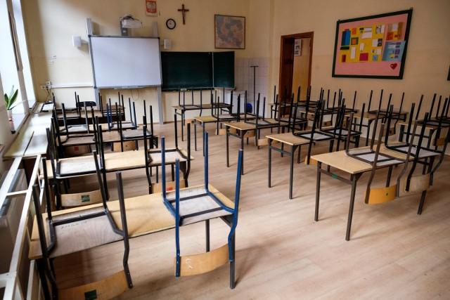 W szkołach pusto - uczniowie maja lekcje online, a rodzice - online zebrania z nauczycielami.