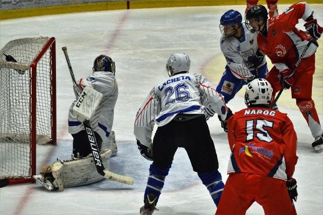 Jeremi Lewy (w czerwonym stroju) strzela wyrównującego gola dla torunian. Ostatecznie UKH Unia Oświęcim pokonała SMS Toruń 4:2.
