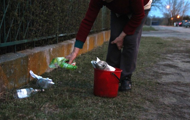 Takie śmieci leżą przy ogrodzeniach.