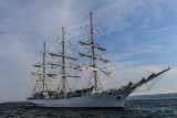 """""""Dar Młodzieży"""" wyruszył z Gdyni w morze mimo problemów załogi z koronawirusem"""