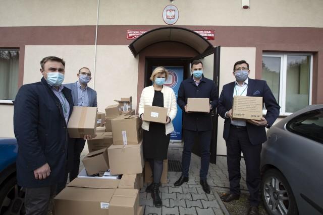 Kopalnia Soli przekazała już PSSE w Wieliczce m.in. laptopy, telefony komórkowe, materiały biurowe i środki ochrony osobistej. Od 2 listopada kadrę sanepidu wesprą także dwie pracownice kopalni