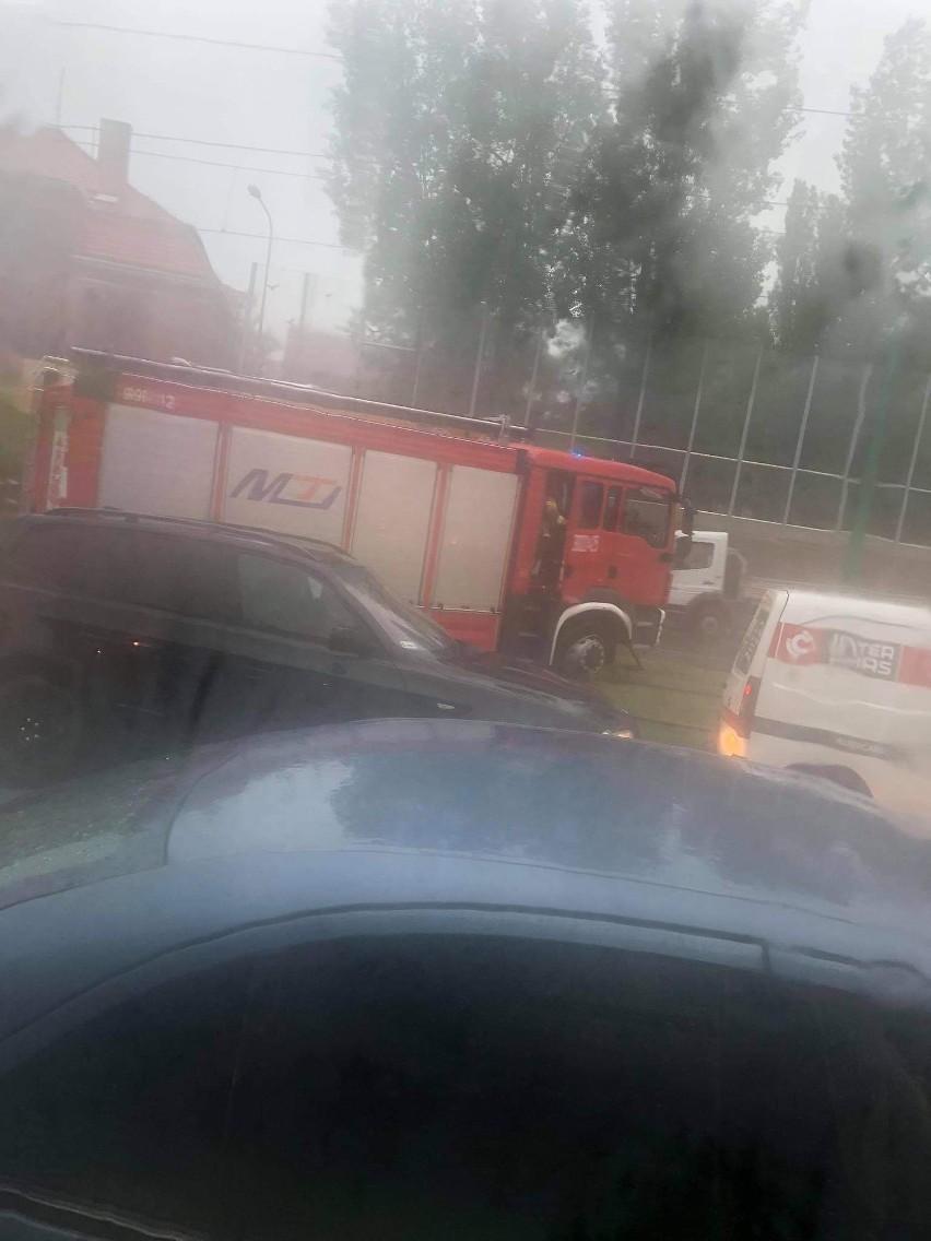 Straż pożarna na Zawadach utknęła między torami.