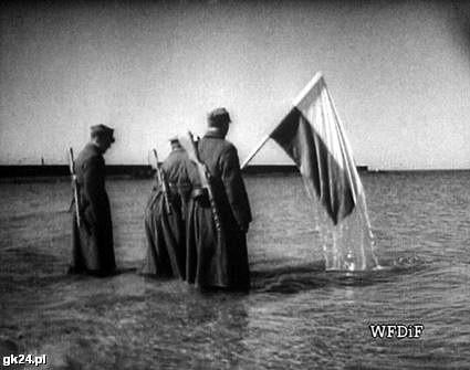 """Kadr z filmu dokumentalnego pt. """"Bitwa o Kołobrzg"""" z 1945 roku."""