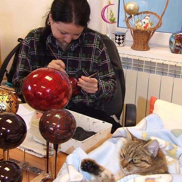 Nad pracą Anny Flis nieco leniwie czuwa przygarnięta przez Janusza Blińskiego kotka.