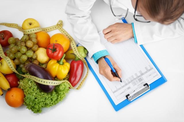 Częste stosowanie ubogokalorycznych diet, rezygnacja z konkretnych grup produktów (np. mięsa, nabiału), wybieranie wysokoprzetworzonej żywności i zwiększone zapotrzebowanie na składniki pokarmowe związane m.in. z ciążą, wiekiem czy wysokim poziomem aktywności fizycznej, to jedne z najczęstszych przyczyn niedoboru witamin, soli mineralnych i innych substancji odżywczych.Sprawdź, jakie są najczęstsze niedobory witamin i minerałów w diecie oraz jakie skutki zdrowotne ze sobą niosą!Zobacz kolejne slajdy, przesuwając zdjęcia w prawo, naciśnij strzałkę lub przycisk NASTĘPNE.