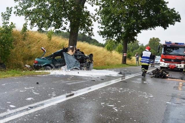 To cud, że kierowca przeżył. Auto dosłownie owinęło się wokół pnia drzewa, a części leżały kilkadziesiąt metrów od wraku. 20-latek trafił do szpitala w Kościerzynie. Do wypadku doszło po godzinie 15 tuż przed Bytowem. Ze wstępnych informacji wynika, że kierowca nie dostosował prędkości do warunków na drodze. Nawierzchnia była śliska. Prawdopodobnie na zakręcie stracił panowanie nad autem i z dużą prędkością uderzył w drzewo. Audi dosłownie owinęło się wokół pnia drzewa, a części leżały kilkadziesiąt metrów dalej. Kierowca - 20-letni mężczyzna - jechał sam. Został przetransportowany do szpitala w Kościerzynie. - Pierwsi na miejscu byli policjanci - mówi świadek zdarzenia. - Tego chłopaka wyrzuciło z auta, leżał kilka metrów dalej.