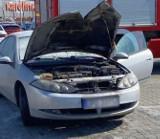 """Pod Centrum Handlowym """"Karolinka"""" w Opolu palił się osobowy ford. Strażacy ocenili straty na 10 tysięcy złotych."""