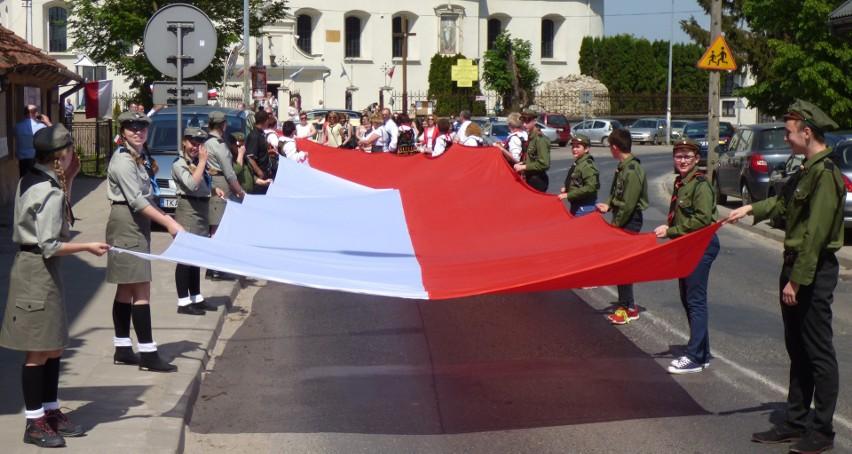 Tak rozpoczęła się historyczna, pierwsza prezentacja 100-metrowej flagi narodowej w Kazimierzy Wielkiej - 3 maja 2018 roku. Obejrzymy ją ponownie 22 lipca.
