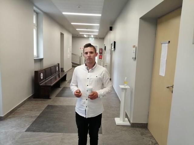 Bartosz Łaniecki, który miał leczyć bezsenność medyczną marihuaną, nie pójdzie do więzienia za posiadanie narkotyków. Sąd drugiej instancji obniżył mu karę z 2 lat i 8 miesięcy pozbawienia wolności do jednego roku w zawieszeniu na 3 lata.