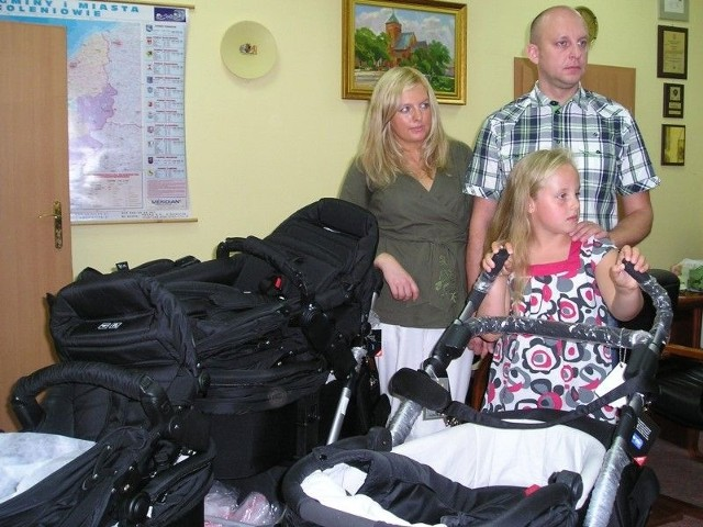 Rodzice Aneta i Paweł Zięba oraz siostra trojaczków, Wiktoria.