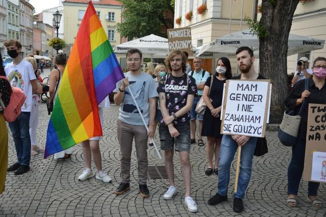 Zielonogórzanie bronili praw kobiet i wyrażali swój sprzeciw wypowiedzeniu Konwencji Antyprzemocowej. Obejrzyjcie naszą galerię zdjęć.
