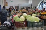 """Stalowa Wola. Na targu duży rozrzut cen owoców i warzyw, najdroższa fasola """"piękny Jaś wrzawski"""" [ZDJĘCIA]"""