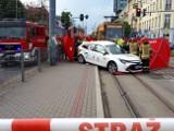 Śmiertelny wypadek na skrzyżowaniu ul. Piotrkowskiej i ul. Sieradzkiej w Łodzi! W zderzeniu z tramwajem zginął taksówkarz ZDJĘCIA