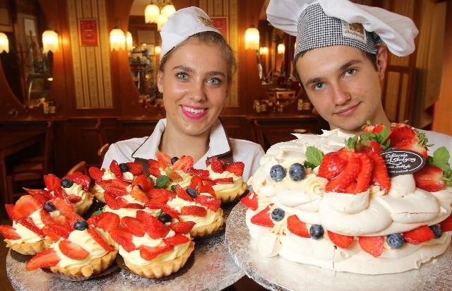 Młodzi cukiernicy Świata Słodyczy - Anita Michalska i Dominik Kita oraz ciasta z truskawkami.