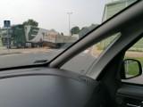 Białystok. Ulica Przędzalniana zablokowana. Z ciężarówki spadły cegły