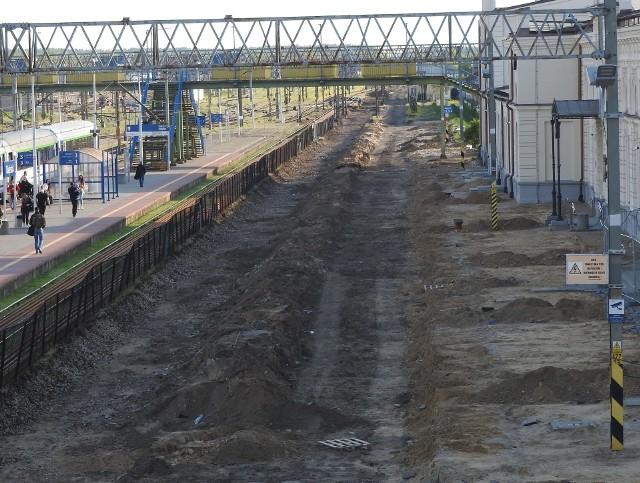 Przed rozpoczęciem prac na peronach zdemontowano około 30 km starych torów i sieci trakcyjnej na stacji Biłystok