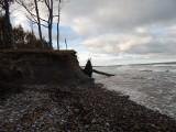 Wietrzna pogoda i wzburzone morze niszczy klify w Orzechowie (zdjęcia)