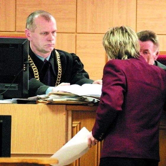 - Gdybym ja miał orzekać w tych samym sprawach, postąpiłbym jak Grażyna Z. - stwierdził, uzasadniając wyrok, sędzia Jan Leszczewski. Na zdjęciu, tyłem, zawieszona od trzech lat w prawach sędziowskich Grażyna Z.