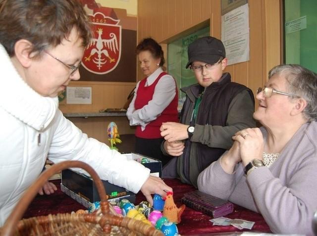 Maria Kwiatkowska (z prawej) to prawdziwa mistrzyni. Od lat uczy zdobienia jaj kcyńską młodzież. Na kiermaszu towarzyszył jej wnuk Daniel.