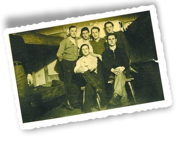 7 stycznia 1944 roku. Mój ojciec z przyjaciółmi. Na odwrocie zdjęcia wymienione nazwiska: Pinerar, Olszewski, Żukowski, Wasilewski i Jacewicz.
