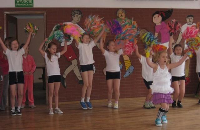 Dzieci ze szkoły w Lubieszowie już cieszą się z Orlika. Zachęcają dorosłych do wspólnej gimnastyki
