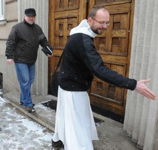 - Pracujemy z ludźmi pokrzywdzonymi przez grupę z Krapkowic, więc mogliśmy podzielić się naszymi doświadczeniami  - mówi dominikanin, o. Tomasz Franc (z prawej).