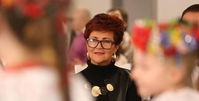Jolanta Kwaśniewska była Pierwszą Damą w Polsce przez dziesięć lat. Swoją funkcję żona Aleksandra Kwaśniewskiego pełniła w latach 1995-2005. W tym czasie nie była aktywna zawodowo, ale to nie znaczy, że dziś ma niską emeryturę. Jaką kwotę dostaje miesięcznie? Przeczytajcie w dalszej części galerii!Czytaj dalej. Przesuwaj zdjęcia w prawo - naciśnij strzałkę lub przycisk NASTĘPNEPOLECAMY TAKŻE:Jaką emeryturę dostanie Zenek Martyniuk? Oto suma!