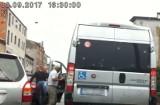 Pobicie kierowcy w Poznaniu. Agresor uderzył mężczyznę przewożącego niepełnosprawnych