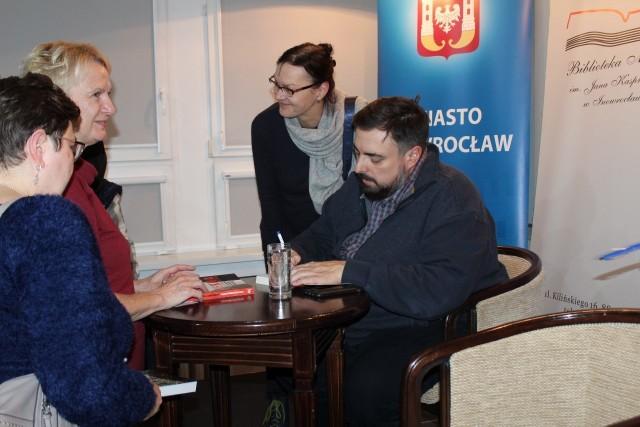 """Bardzo dużym zainteresowaniem cieszyło się ostatnie w tym roku spotkanie autorskie w Saloniku Literacko-Artystycznym Biblioteki Miejskiej w Inowrocławiu. Wszystko to za sprawą Tomasza Sekielskiego - dziennikarza, autora książek, twórcy filmów dokumentalnych uhonorowanego tytułem """"Dziennikarza Roku"""" - najbardziej prestiżowym wyróżnieniem w dziedzinie mediów. Podczas spotkania gość opowiadał o swojej pracy i obrazie współczesnych programów informacyjnych. Z przymrużeniem oka zdradził, że chciałby napisać lekką powieść obyczajową, która nie byłaby przepełniona przemocą.Ze zgromadzonymi podzielił się też najbliższymi planami zawodowymi, wśród których jest nakręcenie kolejnych filmów dokumentalnych. Po spotkaniu dziennikarz chętnie pozował do zdjęć z licznie zgromadzoną publicznością i składał autografy na egzemplarzach swoich książek."""