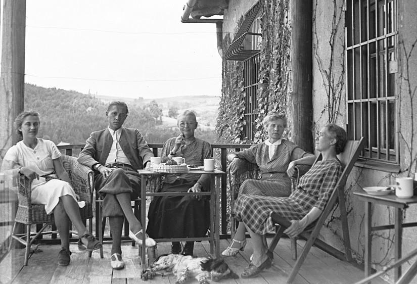 Fotografia z albumu rodzin Koschów i Karłowskich. Siedzą od lewej: Anna Kosch, Zygmunt Karłowski, Pelagia Karłowska, Zelia Filasiewicz, Janina Kosch, Wrząsowice, 1942 - 1945, autor nieznany, wł. Wiszniewscy Sp. z o.o.
