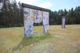 Tajemnica muru berlińskiego. W tej polskiej wsi stoi kilkadziesiąt żelbetonowych płyt z NRD [ZDJĘCIA]