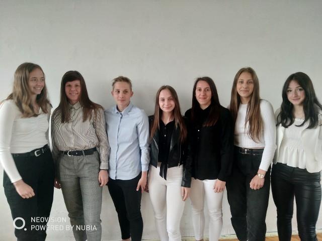 Na zdjęciu od lewej Alicja Sokołowska, Adriana Achcińska, Agnieszka Glinka, Gabriela Grzybowska, Wiktoria Zieniewicz, Ewelina Piórkowska, Patrycja Świątek - najlepsza uczennica szkoły.