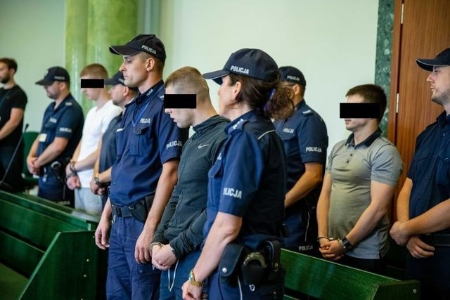 Oskarżeni cudzoziemcy mają od 22 do 43 lat. Nie pojawili się na piątkowej publikacji orzeczenia. Na wyrok w pierwszej instancji zostali doprowadzeni z tymczasowego aresztu, gdzie przebywają nieustannie od 1 marca 2018 r. Za kradzieże z włamaniami groziło im nawet 10 lat więzienia. Mężczyźni nie byli wcześniej karani na terytorium Polski.